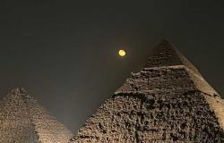 بحضور الروبوت «AI-DA» لأول مرة في مصر.. أهرامات الجيزة تستضيف معرض «الأبد هو الآن» (صور)
