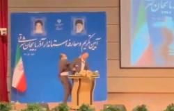 محافظ في إيران يتلقى صفعة قوية على وجهه أثناء تنصيبه رسمياً (فيديو)