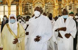 بالصور.. الرئيس النيجيري يؤدي مناسك العمرة