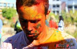 """بالصور.. """"إنكتس سويس"""" تنظم احتفالا بالألوان داخل الجامعة"""