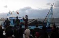 بالصور.. ارتطام سفينة صيد بحواجز محطة الرمل لسوء الطقس