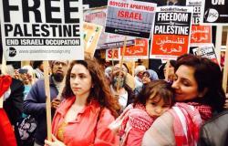 بالصور.. أطفال يحاكون مأساة غزة في مظاهرة ببريطانيا