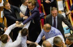 بالفيديو والصور.. مشاجرات وضرب بالأيدي في البرلمان الأوكراني