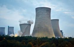 بالفيديو والصور.. نسف أبراج تبريد بمحطة كهرباء بريطانية تعمل بالفحم بسبب خطورتها
