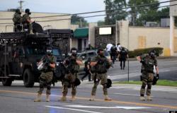بالصور.. «العنصرية» تحول مدينة أمريكية إلى «ساحة حرب»
