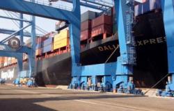 ميناء دمياط يستقبل 58 ألفاً و462 طن قمح