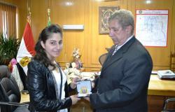 محافظ الإسماعيلية يكرم ياسمينا متسابقة جائزةARAB GOT TALENT