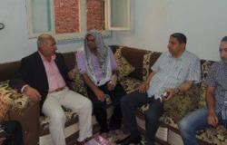 مدير أمن الشرقية يزور أمين شرطة فى منزله بعد إصابته على أيدى الإخوان