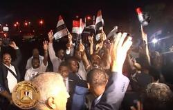 """بالصور.. الجالية المصرية بغينيا تستقبل """"محلب"""" أمام المطار برفع الأعلام"""