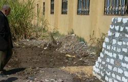 بالصور.. أهالى طلاب بالأقصر يتضررون لبناء سور بجانب مدرسة كيمان المطاعنة