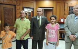 طفلة تعثر على 24 ألف جنيه بالمنوفية وتسلمها للشرطة ومدير الأمن يكرمها
