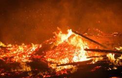 20 سيارة إطفاء تسيطر على حريق شركة مصر للصوت والضوء بالهرم