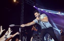 من هي الفتاة التي قبّل يدها تامر حسني في حفلته بالأمس في بيروت؟