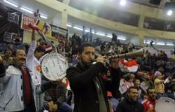 بالصور.. رقص بالطبل والمزمار لمشجعى مصر بنهائى البطولة العربية للسلة